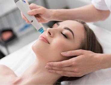 Oczyszczanie wodorowe AQUASURE H2 to wieloetapowy zabieg umożliwiający wykonanie kompleksowej pielęgnacji skóry – poczynając od jej dogłębnego oczyszczania, poprzez neutralizację wolnych rodników i złuszczanie martwego naskórka, aż po dotlenienie i odżywienie skóry oraz efekt rewitalizacji skóry. W tym celu konieczne jest wykonanie kilku zaawansowanych technologicznie procedur: hydrabrazji, infuzji, ultradźwięków i fali radiowej