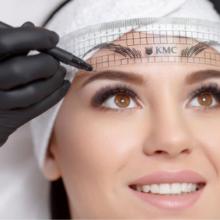 Zabieg makijaż permanentny polega na wprowadzeniu w warstwę naskórka nietoksycznych naturalnych barwników, które pozostają w przestrzeniach międzykomórkowych 2-4 lat. Z czasem barwnik równomiernie jaśnieje a w efekcie zanika. Przed zabiegiem wybrany obszar jest znieczulany oraz ustalany jest zarys makijażu oraz dobierany jest kolor pigmentów. Następnie skóra jest jeszcze raz znieczulania po czym lingeristka przystępuje do zabiegu. Zabieg trwa około 2h. Podczas zabiegu występuje pewien dyskomfort związany z uszkodzeniem naskórka i wprowadzaniem barwnika. Pigmenty wprowadzane są sterylnym i wysokiej klasy sprzętem do makijażu permanentnego. Gwarantuje to najwyższe bezpieczeństwo zabiegu, odpowiednią absorpcje barwnika w skórę oraz naturalny efekt.