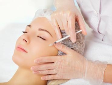 Mezoterapia igłowa twarzy, szyja, dekolt to zabieg polegający przede wszystkim na podawaniu małych ilości substancji punkt po punkcie na określonym obszarze ciała za pomocą iniekcji. Mezoterapia ma również wielostronne działanie. Preparat leczniczy podawany jest dokładnie tam gdzie powinien się znaleźć i dotyczy to zarówno okolicy ciała jak i głębokości podania. Gęste nakłuwanie skóry cienkimi igłami ma samo w sobie działanie stymulujące na produkcję fibroblastów. Preparaty do zabiegów mezoterapii igłowej twarzy, szyi, dekoltu zawierają w swoim składzie głównie kwas hialuronowy i inne indywidualnie dobrane składniki takie jak witaminy A, C, E jak również substancje czynne pochodzące np. z alg i zielonej herbaty. Kwas hialuronowy będący głównym składnikiem koktajli stosowanych do mezoterapii jest również związkiem naturalnie występującym w naszej skórze. Kwas hialuronowy działa jak gąbka wiążąc w skórze wodę. Co ważniejsze jedna cząsteczka kwasu hialuronowego jest w stanie związać aż 250 cząsteczek wody. Dodatkowo dostarczane do skóry przy pomocy mezoterapii witaminy wykazują 100% swojej przewidzianej aktywności. Dzięki bezpośredniej drodze podania witaminy nie utleniają się i są w ilości wystarczającej do spowodowania zakładanych procesów takich jak zwiększenie produkcji kolagenu czy hamowanie reakcji wolnorodnikowych.