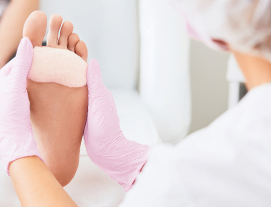 Podolog to specjalista w dziedzinie medycyny, który zajmuje się diagnozowaniem i leczeniem chorób stopy i stawu skokowo-goleniowego. W naszym gabinecie oferujemy kompleksowe zabiegi podologiczne: Pedicure podologiczny: (Zabieg składa się z następujących etapów: obcięcie i oszlifowanie paznokci, usunięcie hiperkeratoz takich jak: odciski, modzele, nagniotki, opracowanie zrogowaciałych pięt, oczyszczenie wałów paznokciowych, nałożenie odpowiedniego preparatu, klasyczne malowanie) Pielęgnacja pękających pięt Oczyszczanie paznokci zmienionych chorobowo Leczenie grzybicy paznokci Terapia ortonyksji - Korekcja wrastających paznokci (klamra, kostka Arkady) Podcięcie paznokcia zmienionego chorobowo Pielęgnacja paznokci krogulczych, przyrosłych Rekonstrukcja płytki paznokciowej Leczenie brodawek wirusowych Konsultacje w zakresie pielęgnacji domowej Dobór odpowiednich wkładek ortopedycznych