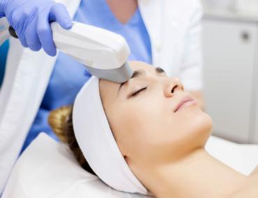 Fotoodmładzanie pozwala w szczególności na znaczące zmniejszenie się oznak starzenia przy pomocy kalibrowanego źródła światła pulsacyjnego (CPL). W efekcie zastosowania Laser CPL XLASE PLUS, skóra regeneruje się w szybkim tempie nie wykluczając nas z życia codziennego czyli nie ma po nim okresu rekonwalescencji. Należy pamiętać, że Laser Medyczny umożliwia dotarcie do głębokich warstw skóry i poprzez nagrzanie pobudza produkcję kolagenu, odpowiedzialnego za gęstość, i elastyczność. To bez wątpienia najbezpieczniejsza alternatywa dla inwazyjnych zabiegów. Efekty jakich możemy się spodziewać to z pewnością: rozświetlenie, ujędrnienie, poprawa faktury skóry jak również wyrównanie kolorytu.