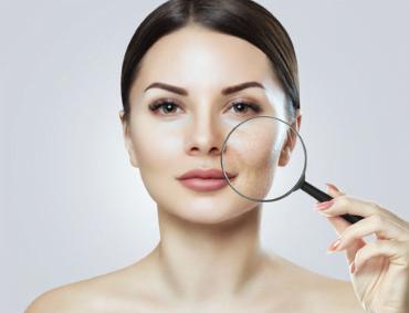 Gen Factor to innowacyjna bioinżynieria tkankowa Gen Factor to bioaktywny i nowatorski żel, wykorzystywany w medycynie i kosmetologii komórkowej do całościowej odbudowy i regeneracji skóry, np. usuwanie blizn. Głównym zadaniem Gen Factora 03 jest pobudzanie wzrostu komórek i tkanek. Dzieje się tak dzięki pobudzaniu do tworzenia się DNA. Nasza skóra zaczyna wykształcać nie tylko nowe włókna kolagenowe, ale też całą macierz tkankową, łącznie z gaszeniem wszelkich stanów zapalnych. Gen Factor idealnie sprawdzi się w każdym wypadku, kiedy potrzebna jest szybka odbudowa skóry. Preparat posiada udokumentowane działanie: przeciwstarzeniowe, przeciwtrądzikowe, w przypadku leczenia trudno gojących się ran np. oparzeń czy owrzodzeń, w przypadku usuwanie blizn potrądzikowych, pooparzeniowych a także ubytków w tkankach czy rozstępów Jak powstał Gen Factor? Twórcami przełomowych receptur metody Gen Factor jest grupa czternastu polskich naukowców pod kierownictwem dr Wojciecha Karwowskiego, który jest specjalistą w dziedzinie bioinżynierii tkankowej i biomedycznej. Wieloletnie badania w laboratoriach inżynierii tkankowej wykazały niezwykle wysoką skuteczność preparatu. W składzie żelu Gen Factor znajdują się izolowane proteiny takie jak: czynniki wzrostu, białka immunomodulacyjne, substancje bakteriostatyczne, jak również enzymy, poliamidy, pochodne kwasów nukleinowych i aminokwasów oraz starannie dobrany, wyjątkowy zestaw witamin i minerałów. Terapia Gen Factorem polega na zastosowaniu preparatu na wcześniej uszkodzoną tkankę lub inicjowanie tego uszkodzenia podczas zabiegu specjalistycznego, rozpoczynając w ten sposób intensywny proces regeneracyjny. Jakie są efekty zabiegu m.in. usuwanie blizn? Po pierwsze jest to widoczne od razu zagęszczenie skóry ciała i to aż o ponad 20%!!!. Kolejnym skutkiem zabiegu jest zarówno spłycenie blizn i rozstępów jak również zmniejszenie przebarwień. Jeżeli nasz pacjent miał inwazyjny zabieg z zakresu np. medycyny estetycznej, to zastosowanie Ge